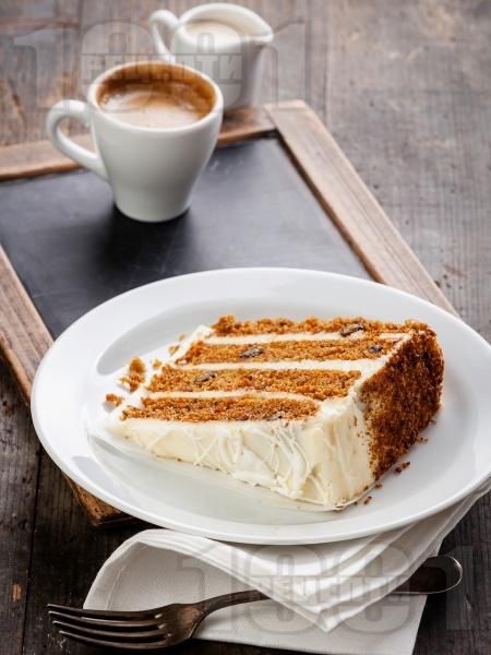 Морковена торта с крема сирене и сметана - снимка на рецептата